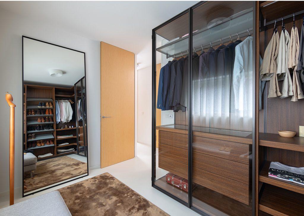 Hanggedeelte Porro kast en spiegel in de walk in closet Italiaans Design  interieurontwerp Nieuw Leiden